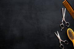 Instrumente der Draufsicht des männlichen Friseurfriseursalons über dunkles Hintergrundmodell stockfoto