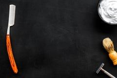 Instrumente der Draufsicht des männlichen Friseurfriseursalons über dunkles Hintergrundmodell stockbilder