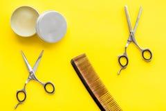 Instrumente der Draufsicht des männlichen Friseurfriseursalons über gelben Hintergrund stockfotografie