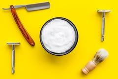 Instrumente der Draufsicht des männlichen Friseurfriseursalons über gelben Hintergrund stockbild