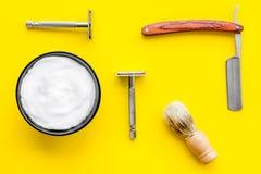 Instrumente der Draufsicht des männlichen Friseurfriseursalons über gelben Hintergrund stockfotos
