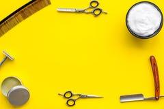 Instrumente der Draufsicht des männlichen Friseurfriseursalons über gelbes Hintergrundmodell lizenzfreies stockbild