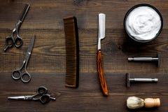 Instrumente der Draufsicht des männlichen Friseurfriseursalons über hölzernen Hintergrund lizenzfreies stockbild