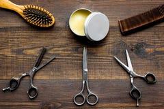 Instrumente der Draufsicht des männlichen Friseurfriseursalons über hölzernen Hintergrund stockfoto