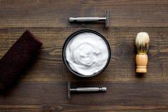 Instrumente der Draufsicht des männlichen Friseurfriseursalons über hölzernen Hintergrund stockbild