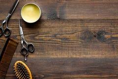 Instrumente der Draufsicht des männlichen Friseurfriseursalons über hölzernes Hintergrund copyspace stockbilder