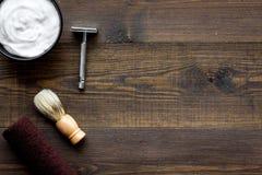 Instrumente der Draufsicht des männlichen Friseurfriseursalons über hölzernes Hintergrund copyspace stockfoto