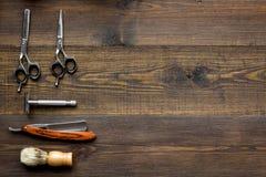 Instrumente der Draufsicht des männlichen Friseurfriseursalons über hölzernes Hintergrund copyspace lizenzfreies stockfoto