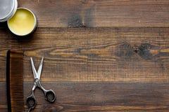 Instrumente der Draufsicht des männlichen Friseurfriseursalons über hölzernes Hintergrundmodell lizenzfreies stockbild