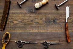 Instrumente der Draufsicht des männlichen Friseurfriseursalons über hölzernes Hintergrundmodell lizenzfreie stockfotos