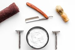 Instrumente der Draufsicht des männlichen Friseurfriseursalons über weißen Hintergrund stockbilder
