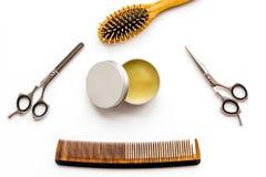 Instrumente der Draufsicht des männlichen Friseurfriseursalons über weißen Hintergrund lizenzfreies stockbild