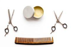 Instrumente der Draufsicht des männlichen Friseurfriseursalons über weißen Hintergrund stockfoto