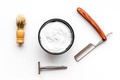 Instrumente der Draufsicht des männlichen Friseurfriseursalons über weißen Hintergrund lizenzfreie stockfotos