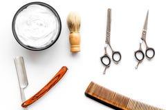 Instrumente der Draufsicht des männlichen Friseurfriseursalons über weißen Hintergrund stockbild