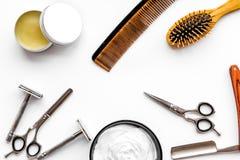 Instrumente der Draufsicht des männlichen Friseurfriseursalons über weißen Hintergrund lizenzfreie stockbilder