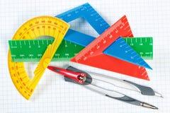 Instrumente für das Zeichnen in Schule. Machthaber und Kompass. Stockfotos