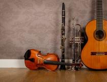 Instrumenten op uitstekende achtergrond stock afbeeldingen