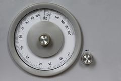 Instrumento análogo de medição retro velho para a frequência de medição, rádio, espaço da cópia, vintage, hertz, escala redonda d Imagem de Stock Royalty Free