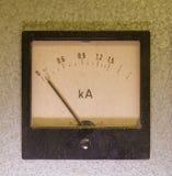 Instrumento análogo viejo - metro del amperio aislado en fondo gris imagen de archivo