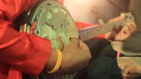 Instrumento atado tradicional que es jugado como parte de un funcionamiento cultural en Tailandia septentrional metrajes