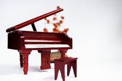 Instrumento clásico miniatura del teclado de piano aislado en el fondo blanco foto de archivo libre de regalías