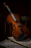 Instrumento de música del violín de la orquesta en silla Imagenes de archivo