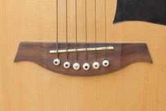 Instrumento de música do corpo da guitarra acústica no fundo branco Imagens de Stock Royalty Free