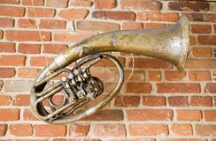 Instrumento de música viejo en la pared fotos de archivo libres de regalías