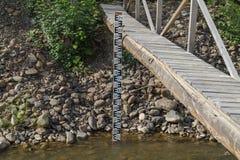 Instrumento de medida del agua en caso de inundaciones imagen de archivo