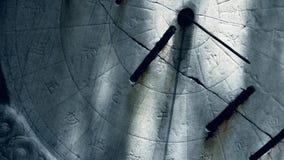 Instrumento de piedra antiguo y luz del sol, carácter chino de la medida del tiempo de China almacen de video