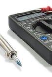 Instrumento do multímetro com fios no fundo branco Foto de Stock Royalty Free