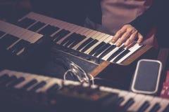 Instrumento do sinth do vintage do jogo no concerto vivo fotos de stock