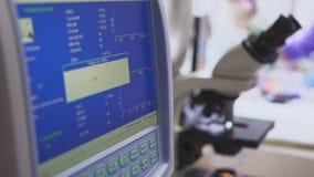 Instrumento dos testes de sangue no laboratório médico filme