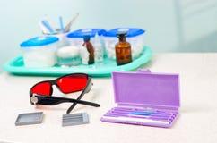 Instrumento estomatológico en la clínica de los dentistas Operación, reemplazo del diente Foto de archivo
