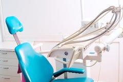 Instrumento estomatológico en la clínica de los dentistas Operación, reemplazo del diente Imágenes de archivo libres de regalías