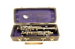 Instrumento musical del clarinete antiguo en caso viejo del grunge Fotografía de archivo