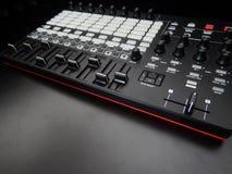 Instrumento musical eletrônico ou equalizador audio do misturador ou do som em um sintetizador modular análogo do fundo preto Imagens de Stock