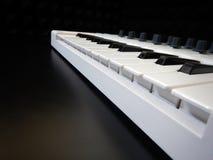 Instrumento musical eletrônico ou equalizador audio do misturador ou do som em um sintetizador modular análogo do fundo preto Fotos de Stock Royalty Free