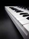 Instrumento musical eletrônico ou equalizador audio do misturador ou do som em um sintetizador modular análogo do fundo preto Imagens de Stock Royalty Free