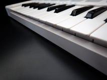 Instrumento musical eletrônico ou equalizador audio do misturador ou do som em um sintetizador modular análogo do fundo preto Imagem de Stock Royalty Free