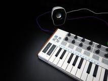 Instrumento musical eletrônico ou equalizador audio do misturador ou do som em um sintetizador modular análogo do fundo preto Fotos de Stock