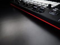 Instrumento musical eletrônico ou equalizador audio do misturador ou do som em um sintetizador modular análogo do fundo preto Foto de Stock
