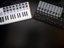 Instrumento musical eletrônico ou equalizador audio do misturador ou do som em um sintetizador modular análogo do fundo preto Fotografia de Stock