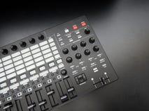 Instrumento musical eletrônico ou equalizador audio do misturador ou do som em um sintetizador modular análogo do fundo preto Fotografia de Stock Royalty Free