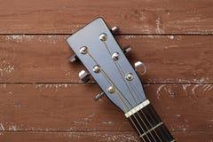 Instrumento musical - fundo da madeira da guitarra acústica do preto do headstock fotos de stock