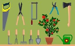 Instrumento para o machado de jardinagem e a serra da lata molhando do vaso de flores Imagem de Stock