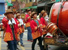 Instrumentoes de percusión del juego de los hombres jovenes Fotos de archivo
