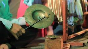 Instrumentoes de percusión tradicionales que son jugados como parte de un funcionamiento cultural en Tailandia septentrional almacen de metraje de vídeo