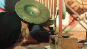 Instrumentoes de percusión tradicionales que son jugados como parte de un funcionamiento cultural en Tailandia septentrional almacen de video